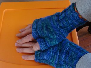 fingerless gloves knitting pattern two hour fingerless gloves ABFDMIK