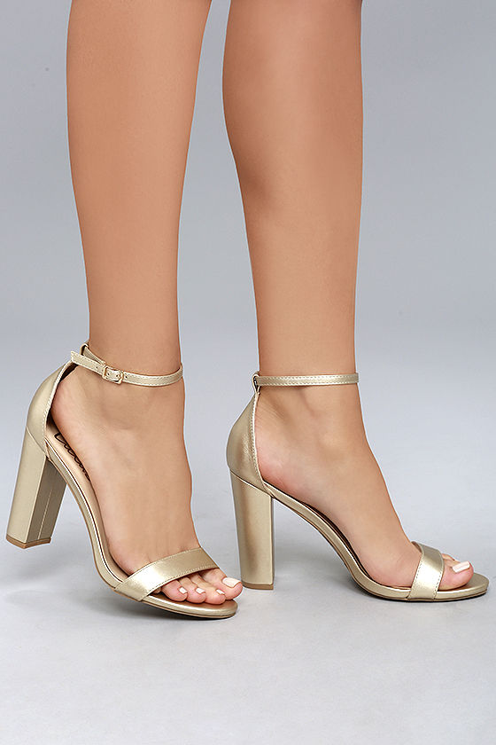 Gold heels: class with ethnic style