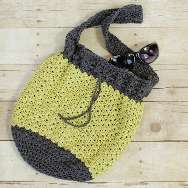 summer crochet bag pattern | www.petalstopicots.com | #crochet #pattern # ABRTLVR