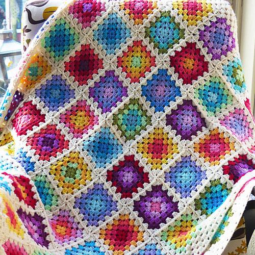 Rainbow Granny square blanket - haakmaarraak.nl