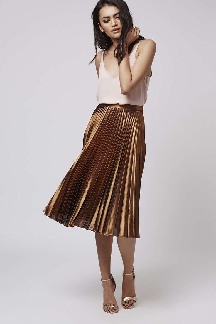 The trendy pleated midi skirts