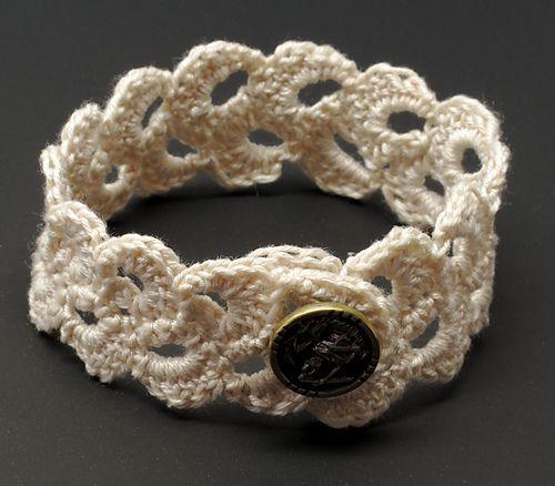 crochet jewelry double scallop lace bracelet. crocheting. beginner. free pattern. YBSQIWU