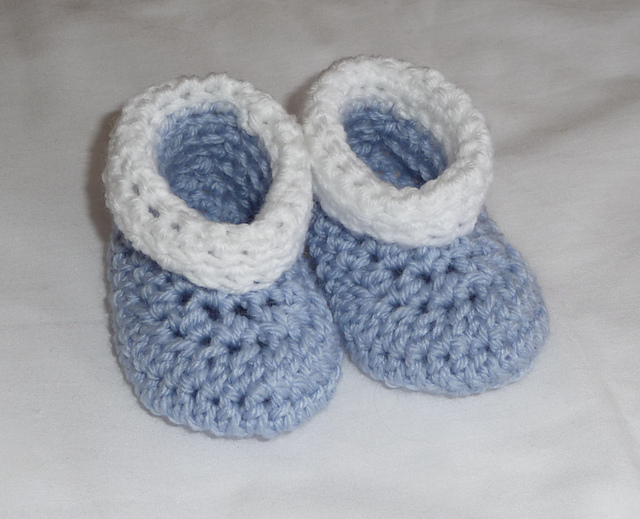 easy crochet baby booties roll tops crochet baby booties - free pattern! #crochet TCKTJHW