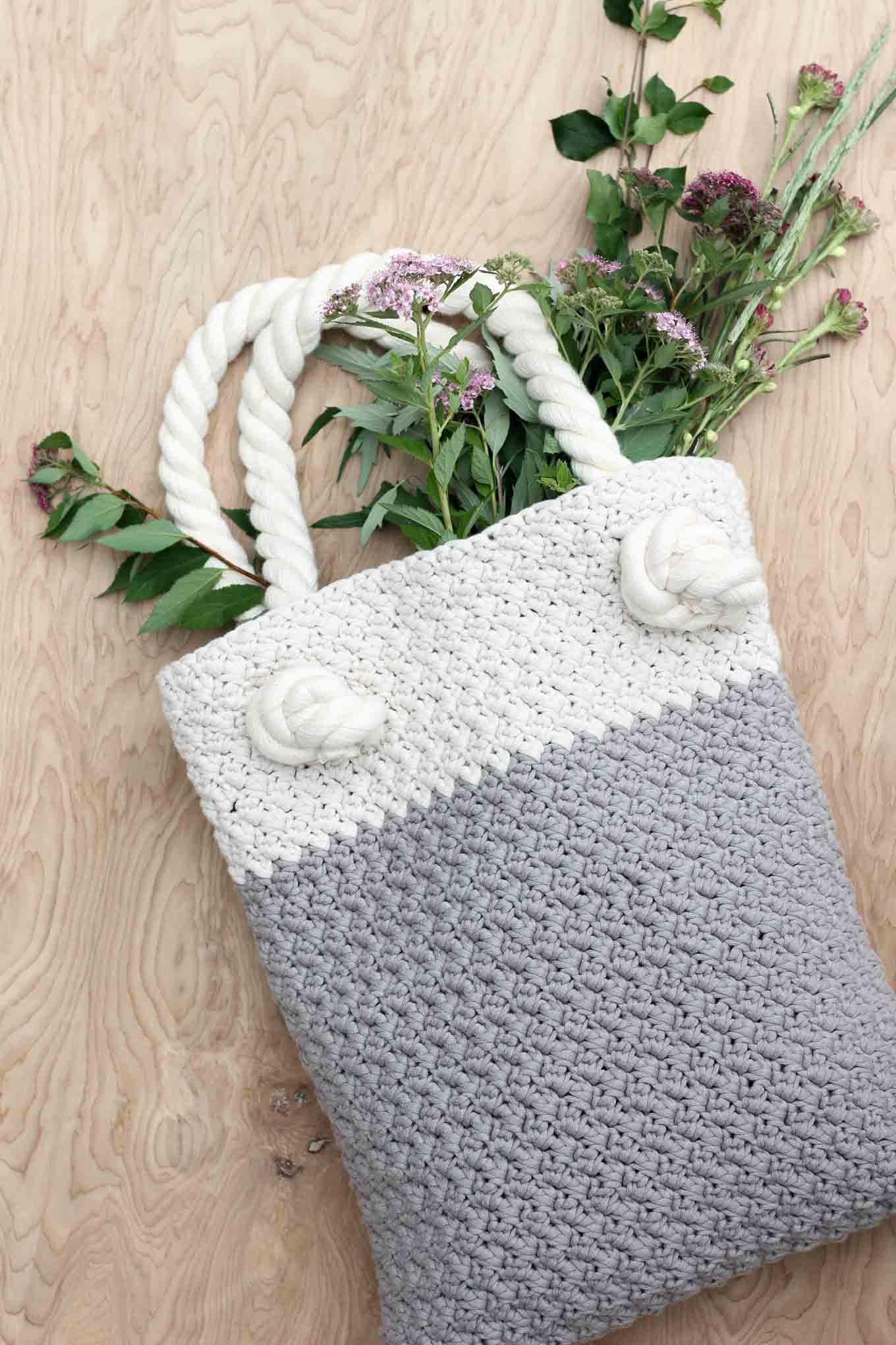 this free crochet bag pattern for beginners is deceptively simple because  itu0027s made from RFUCZOT
