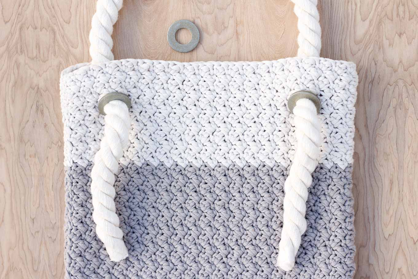 this free crochet bag pattern for beginners is deceptively simple. neutral  colors and a UUSBIUM