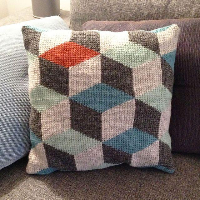 Tunisian Crochet patterns ravelry: 3d block pillow in tunisian crochet/hakket pude med rombemønster  pattern by sara LCKAVMA