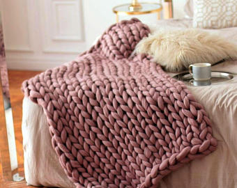 wool hugs dusty pink chunky knit blanket. pink throw blanket. big knit  throw. RXIYYPS