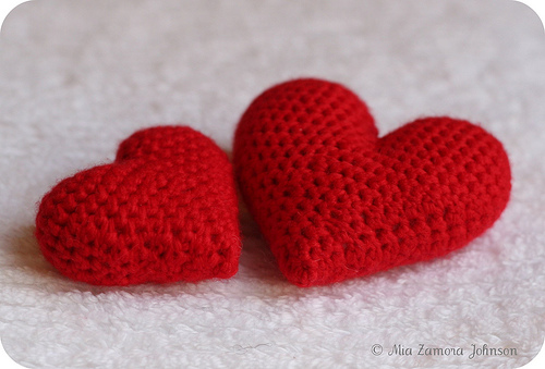 Owlishly: Corazoncitos, free amigurumi heart pattern (in 3 sizes!)