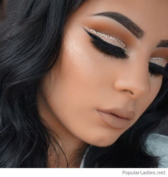 Nude makeup with a glitter line