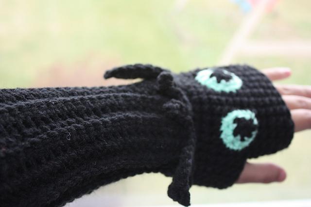 Ravelry: Toothless Fingerless Gloves pattern by Becca de Kroon